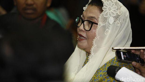 Eks Menkes Siti Fadilah Divonis 4 Tahun Penjara Eks Menteri Kesehatan (Menkes) Siti Fadilah menjalani sidang pembacaan putusan di Pengadilan Tipikor, Jakarta, Jum'at (16/6/2017). Hakim memutuskan Siti terbukti bersalah melakukan tindak pidana korupsi dalam pengadaan alat kesehatan tahun 2005 dan menerima duit gratifikasi.Siti divonis 4 tahun penjara, denda Rp 200 juta, subsider 2 bulan kurungan. Agung Pambudhy/Detikcom.