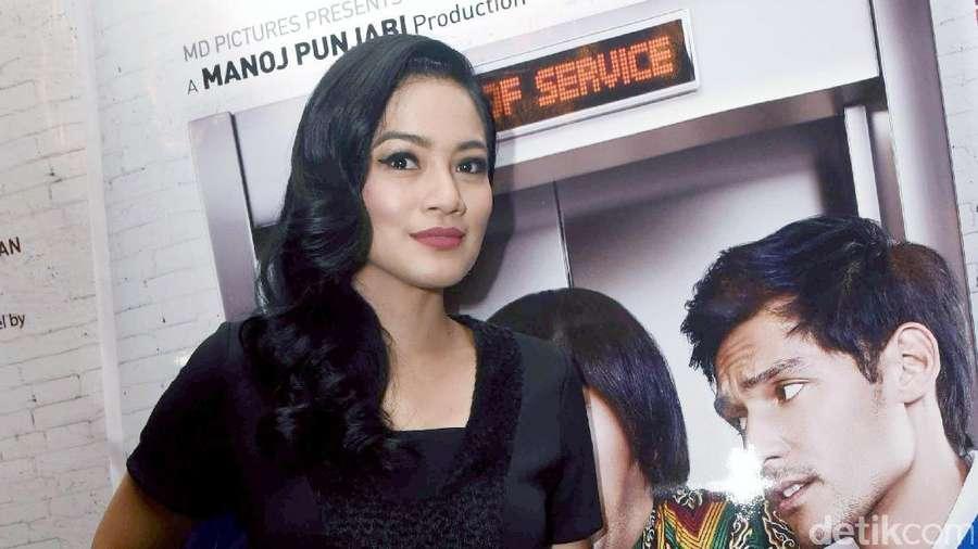 Gorgeous Wavy Hair, Titi Kamal Tampil Menawan