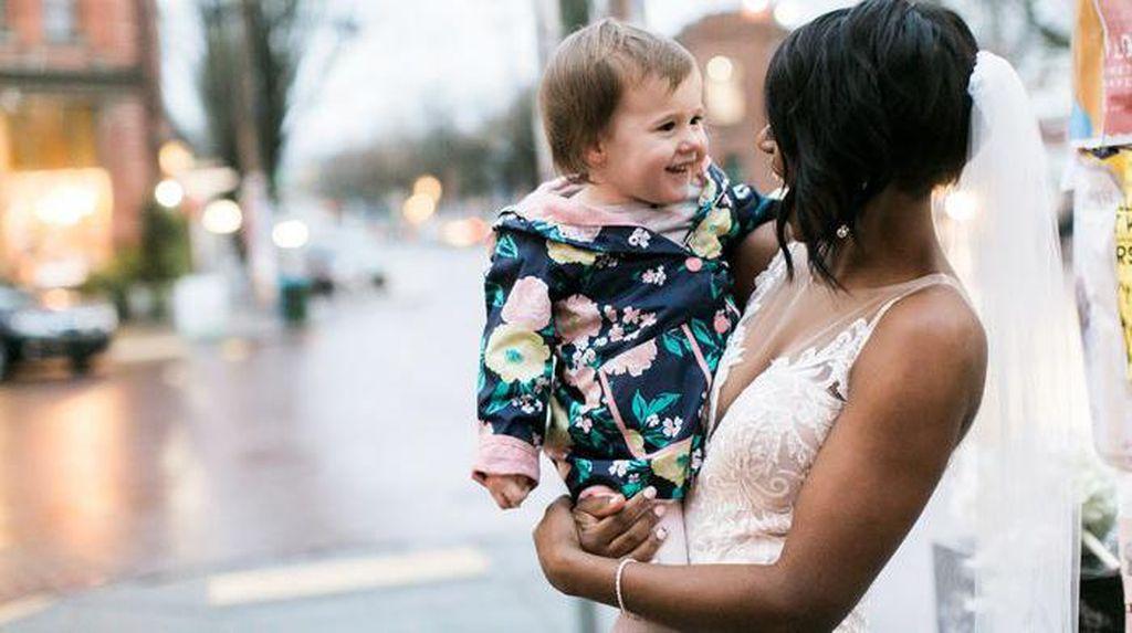 So Sweet! Impian Gadis Kecil Bertemu Putri Raja Akhirnya Terwujud di Trotoar