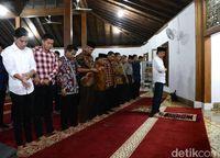 Jokowi jadi imam salat Magrib di Masjid Agung Nur Sulaiman, Cilacap.