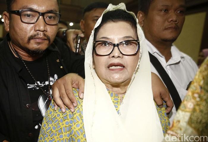 Eks Menteri Kesehatan (Menkes) Siti Fadilah divonis 4 tahun penjara. Siti terbukti bersalah melakukan tindak pidana korupsi dalam pengadaan alat kesehatan tahun 2005.