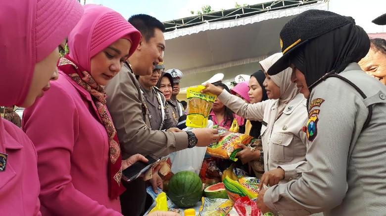Anggota Polisi Serbu Bazar Ramadan Polrestabes Surabaya