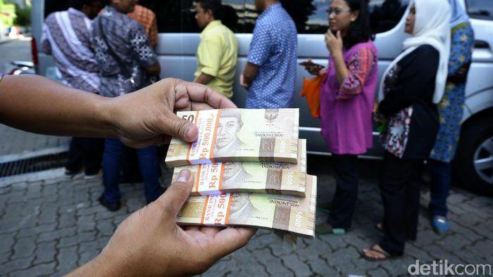 Ilustrasi penukaran uang tunai/Foto: Hasan Alhabshy