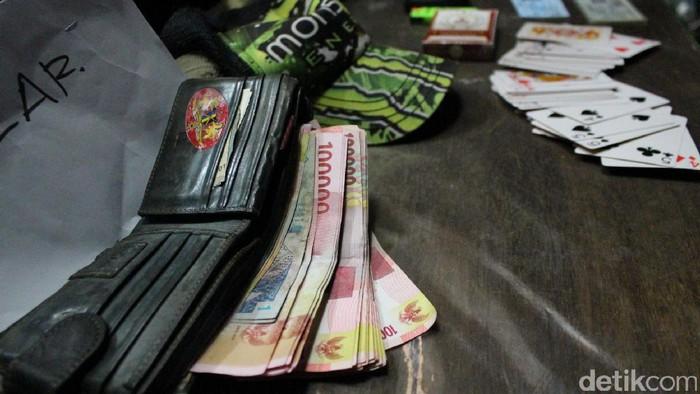 Ilustrasi barang bukti judi kartu (Dok. Polresta Banda Aceh)