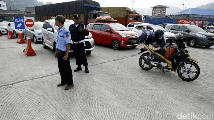 Para pelintas Selat Sunda mengantri di Pelabuhan Merak, Banten, Minggu (18/7). Pelabuhan yang menghubungkan Jawa dan Sumatera itu terlihat norman pada H-7 lebaran.