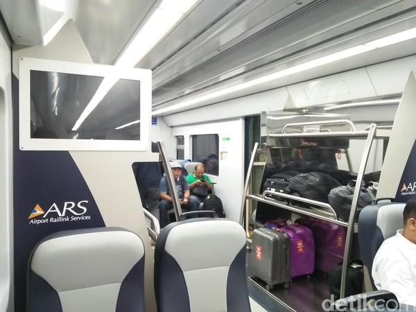 Desain interior kereta yang nyaman. Penumpang bisa meletakkan bawaan di tempat khusus (Bonauli/detikTravel)