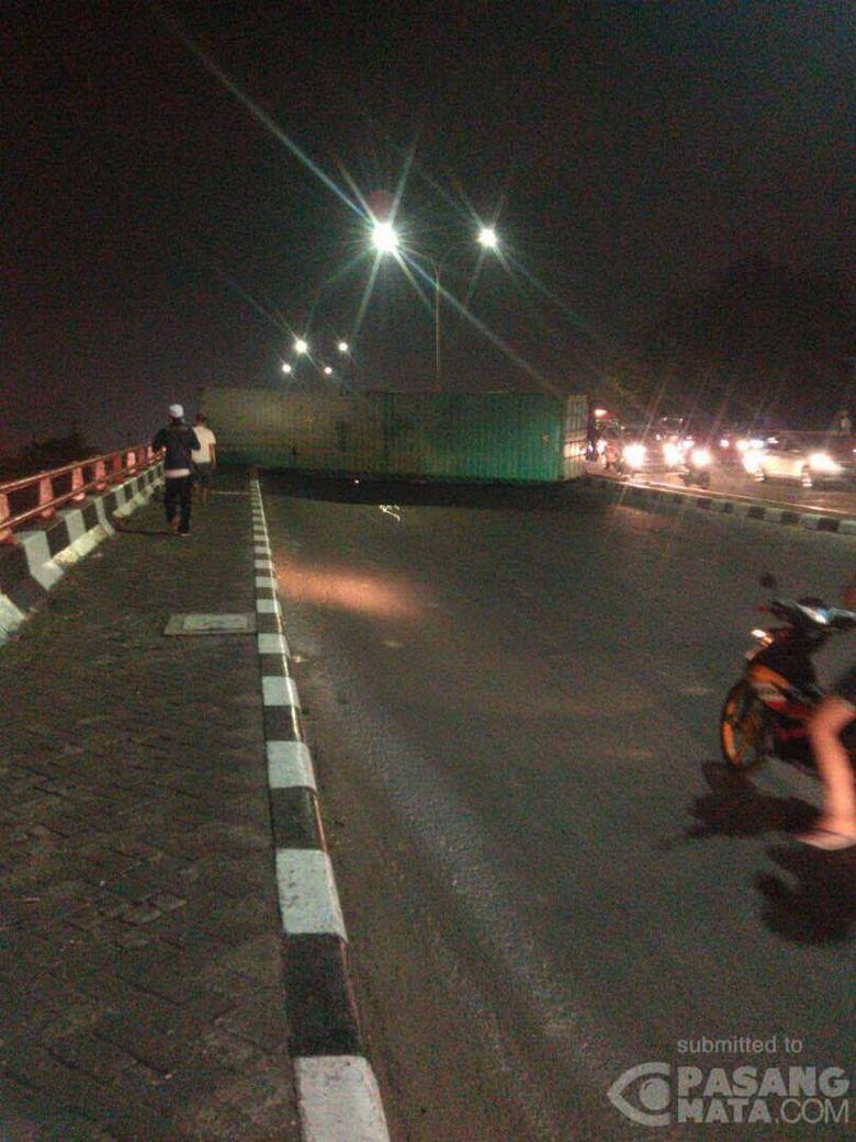 Kontainer Melintang di Jembatan Layang Pelintasan KA Kranji Bekasi