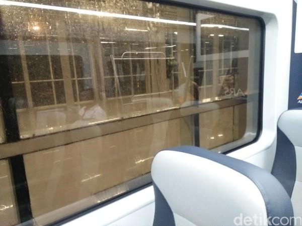 Dari dalam kereta penumpang bisa duduk manis sambil menikmati pemandangan dari jendela (Bonauli/detikTravel)