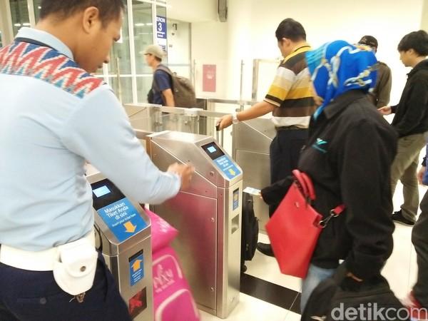 Begitu kereta datang, penumpang diperbolehkan untuk masuk dengan memasukkan karcis ke dalam mesin. Semua penumpang diharapkan untuk berbaris dengan tidak berdesak-desakan (Bonauli/detikTravel)
