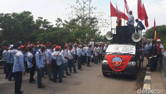 Demo Awak Mobil Tangki Pertamina. Foto: Michael Agustinus/detikFinance