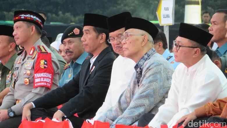 Jokowi-JK hingga Ketua MPR Santap Nasi Kotak Bersama di Mabes TNI