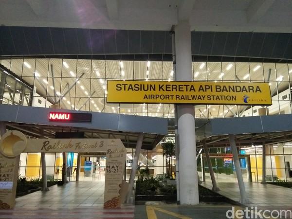 Kereta bandara ini berada di depan pintu kedatangan penerbangan domestik. Bangunan yang megah dan keren akan terlihat persis di seberang pintu kedatangan (Bonauli/detikTravel)