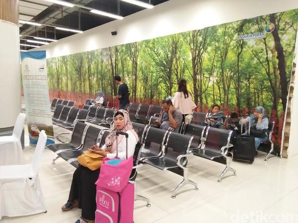 Ruang tunggu bagi para penumpang. Penumpang tidak diperbolehkan untuk menunggu kereta di dekat perlintasan rel (Bonauli/detikTravel)