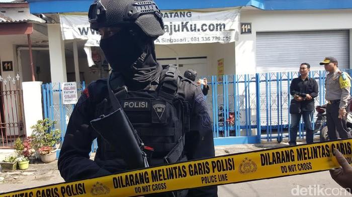 Densus 88 Geledah Rumah Warga Singosari Malang