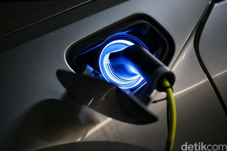 Pengecasan mobil listrik. Foto: Hasan Al Habshy