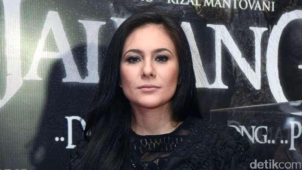Pretty in Black! Wulan Guritno Tampil Serba Hitam