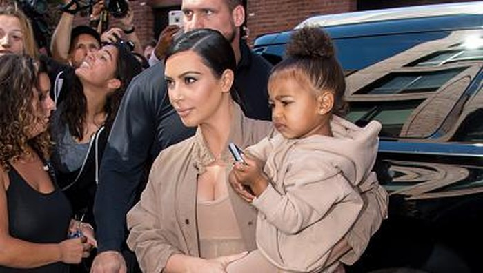 Kim Kardashian dan salah seorang anaknya, North West (Dok: Getty Images)