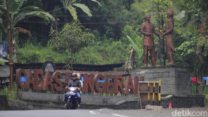 Pemudik dari arah exit Tol Cileunyi yang memiliki tujuan Majalengka, Kuningan, dan Cirebon mulai melintasi Jalur Tengah Cadas Pangeran Kabupaten Sumedang, Jawa Barat.