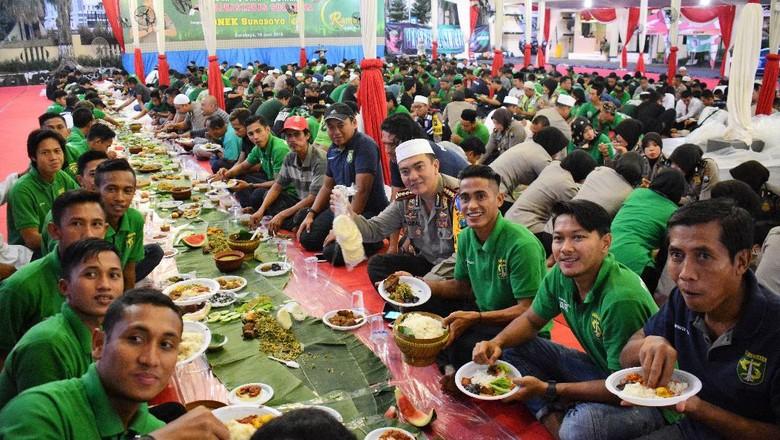 Serunya Kapolrestabes Surabaya Bukber Bersama Bonek