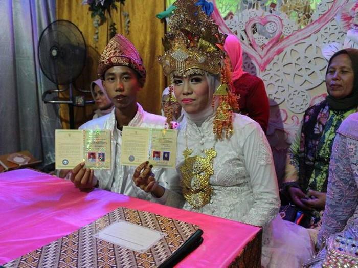 Pasangan remaja SMP yang menikah ini viral di media sosial. Foto: dok. Amanda Safitri (Facebook)
