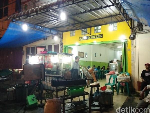 Sate Memeng berada di Jalan Irian Barat, No 2, Gang Buntu, Kota Medan. Terletak di pinggir jalan, warung makan ini selalu ramai dikunjungi (Bonauli/detikTravel)