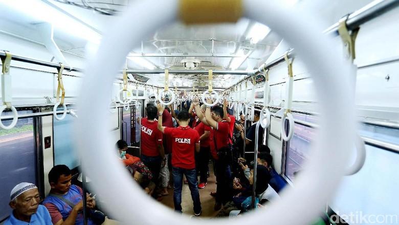 Polres Metro Jakarta Selatan melakukan pengecekan narkoba terhadap sejumlah penumpang kereta api rute Jakarta-Bogor. Sosialisasi juga dilakukan petugas tentang bahaya narkoba.
