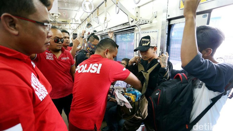 Polisi Gelar Razia Narkoba di KA Commuter Line