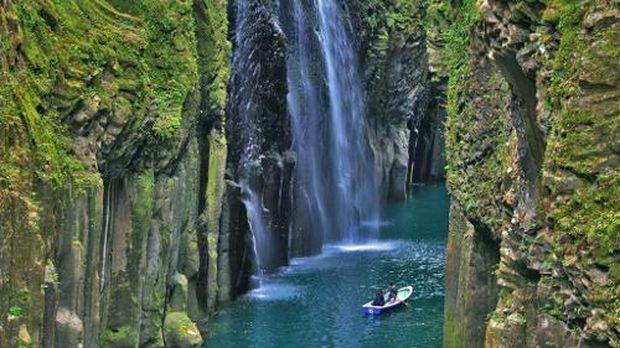 Pengunjung menggunakan perahu dayung untuk menikmati air terjun dari dekat ( dok SAKURAvillage/ Facebook)