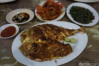 Ikan kuwe bakar dengan paduan dua jenis sambal