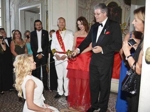 Ini Pangeran Abal-abal yang Bikin Pamela Anderson Berlutut di Depannya