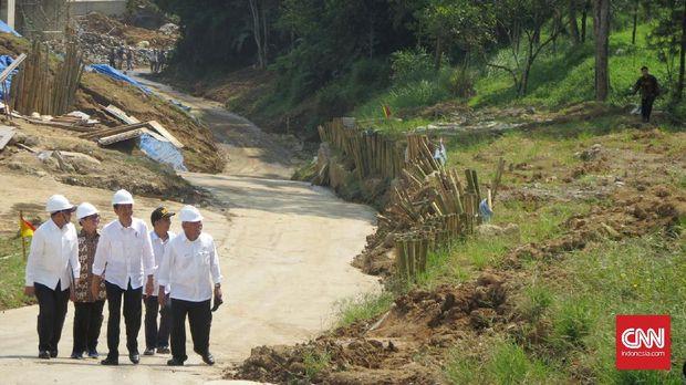 Presiden Joko Widodo saat meninjau perkembangan pembuatan jalan tol Bocimi, beberapa waktu lalu.