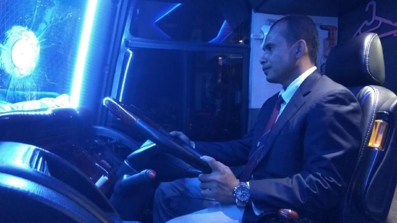 Foto: Sopir bus Double Decker di Aceh tampil elegan pakai jas dan dasi (Agus Setyadi/detikTravel)