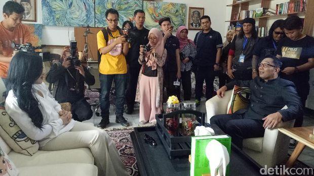 Syahrini didukung Ridwan Kamil membuka usaha di Bandung dan ia juga mengajak Emil untuk Instagram Boomerang