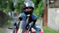 Meski begitu Kia Poetri nggak bisa jauh-jauh dari dunia otomotif. Dia doyan banget naik motor sejak remaja dan jadi freestyler. Foto: Dok. Instagram/kiapoetrii
