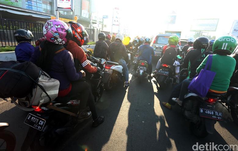 Pemudik menggunakan motor (Foto: Rengga Sancaya)