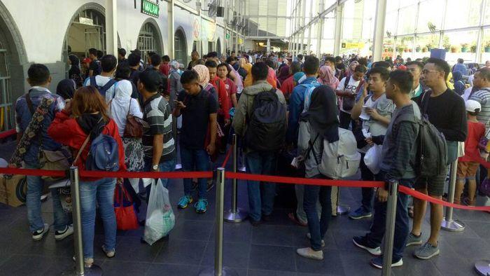 Calon penumpang antre di stasiun.Foto: Dok, KAI DAOP I