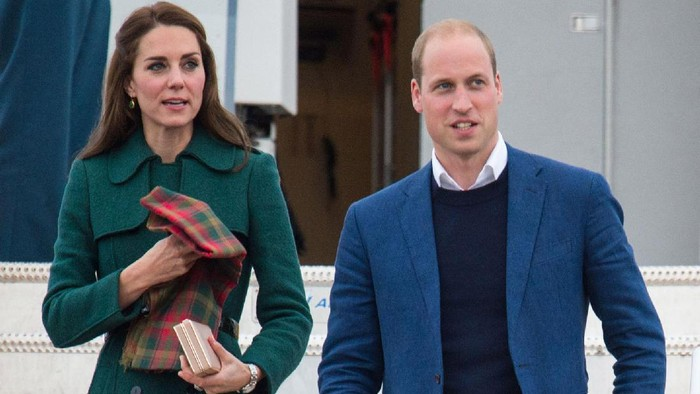 VICTORIA, BC - SEPTEMBER 24:  Catherine, Duchess of Cambridge and Prince William, Duke of Cambridge attend the Official Welcome Ceremony for the Royal Tour at the British Columbia Legislature on September 24, 2016 in Victoria, Canada.  Prince William, Duke of Cambridge, Catherine, Duchess of Cambridge, Prince George and Princess Charlotte are visiting Canada as part of an eight day visit to the country taking in areas such as Bella Bella, Whitehorse and Kelowna.  (Photo by Chris Jackson/Getty Images)
