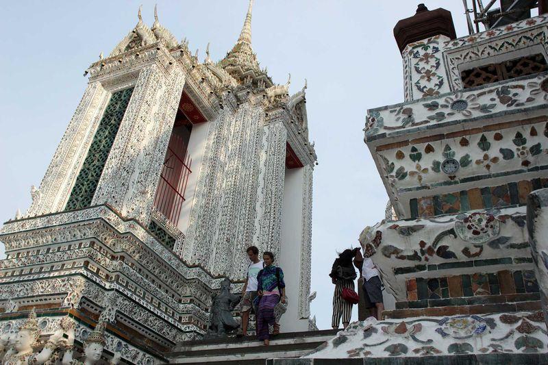 Ke Thailand baru lengkap kalau jalan-jalan di Wat Arun. Inilah kuil ikonik di Thailand dengan nuansa putih yang cantik. Harga tiket masuknya sekitar 50 baht (Rp 20 ribuan) saja lho! (Randy/detikcom)