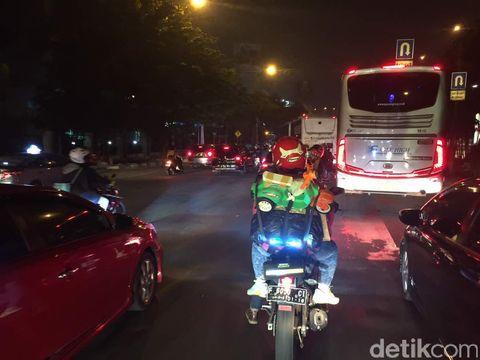 Pemudik padati Jl DI Panjaitan, Cawang, Jakarta Timur, Kamis (21/6/2017).