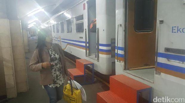 Penumpang di Stasiun Besar Malang