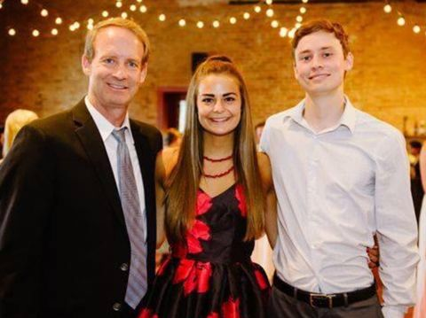 Bill Conner bersama anaknya, Abbey dan Austin.