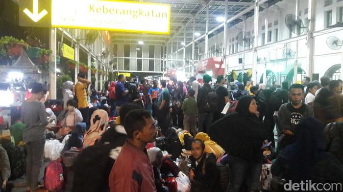 Situasi arus mudik H-2 Lebaran di Pasar Senen