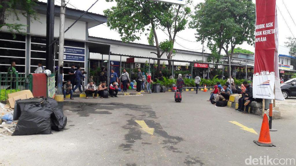 Teror Bom Beruntun, Stasiun Kereta Jawa Sumatera Dijaga Ketat