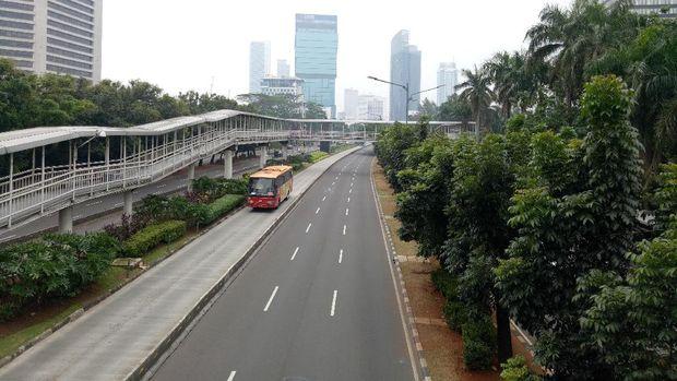 Lalu lintas di Jalan Jenderal Sudirman lengang, Jumat (23/6/2017)