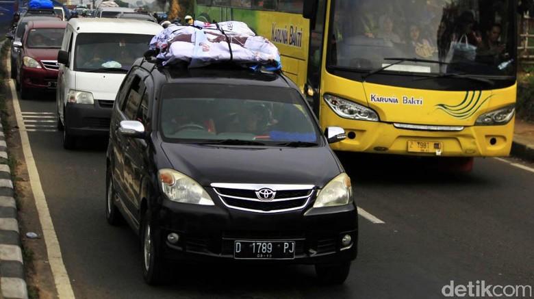 H-2 Lebaran, volume kendaraan meningkat di jalur selatan Nagreg, Kabupaten Bandung, Jawa Barat, Jumat (23/6/2017). Macet pun tidak terhindarkan.