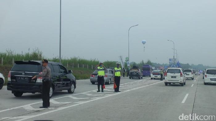 Antrean pemudik terlihat mengular sebelum masuk ke Tol Cikopo-Palimanan (Cipali). Ekor antrean terpantau sejak KM 75. (Foto: Dhani Irawan-detikcom)