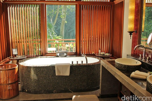 Kamar mandinya pun dibuat begitu indah dengan panorama hijau (dok Four Seasons Resort)