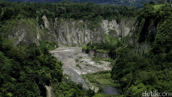 NgaraiSianok. Ngarai atau lembah ini berada di sisi selatan Nagari Koto Gadang hingga Nagari Sianok Enam Suku. Indah kan? (Okta Marfianto/detikTravel)