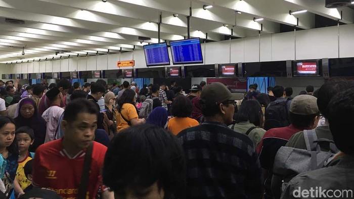 Antrean penumpang di Terminal 1 C Bandara Soekarno-Hatta