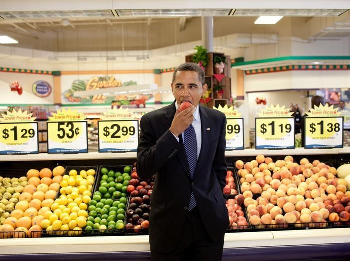 Foto Obama sedang makan buah/Getty Images